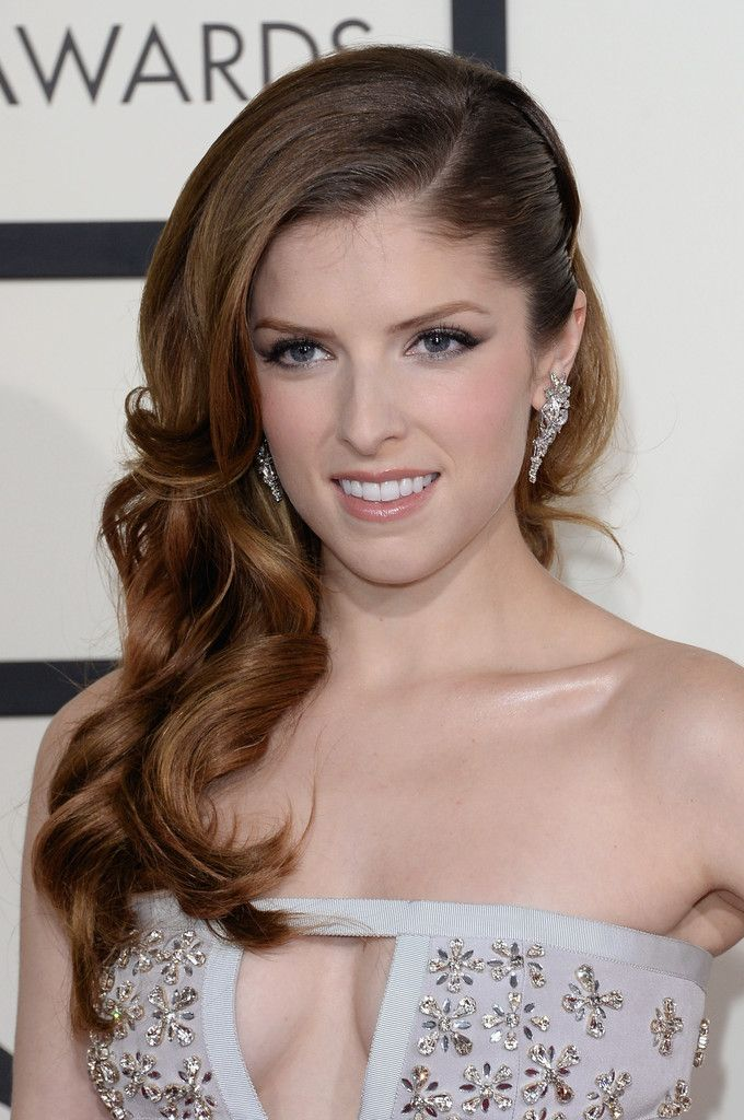 Anna Kendrick S Curly Side Swept Hairstyle At The 2017 Grammy Awards Kept Her Hair Soft And Sweet Grammys A Good Contrast To