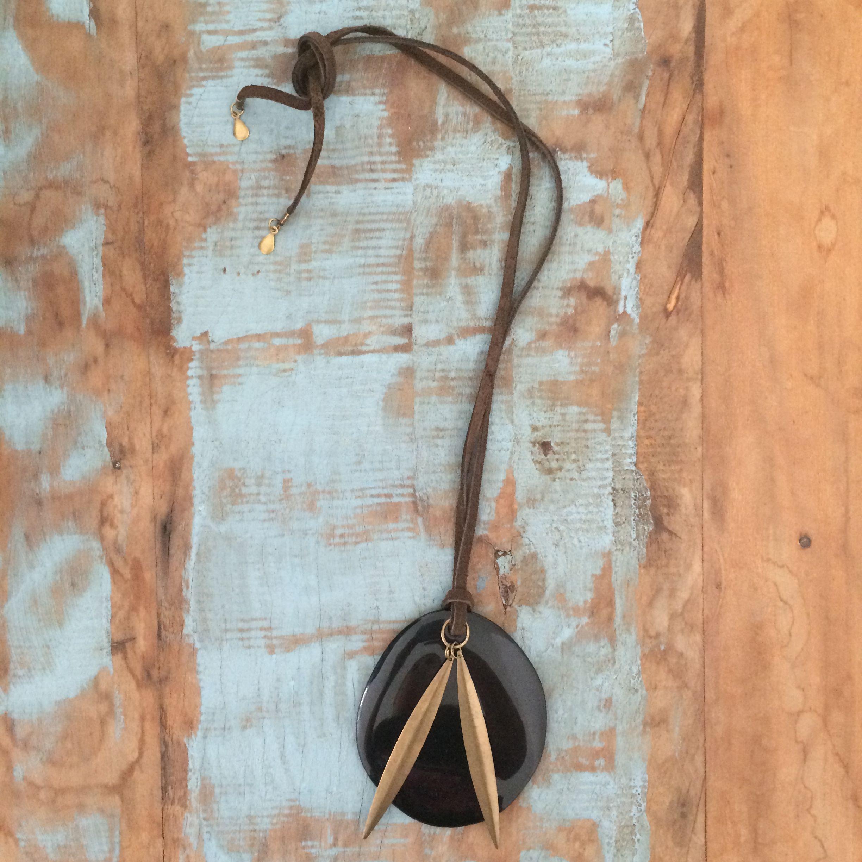 Colar camurça pingente preto em resina, acabamento em metal ouro velho.