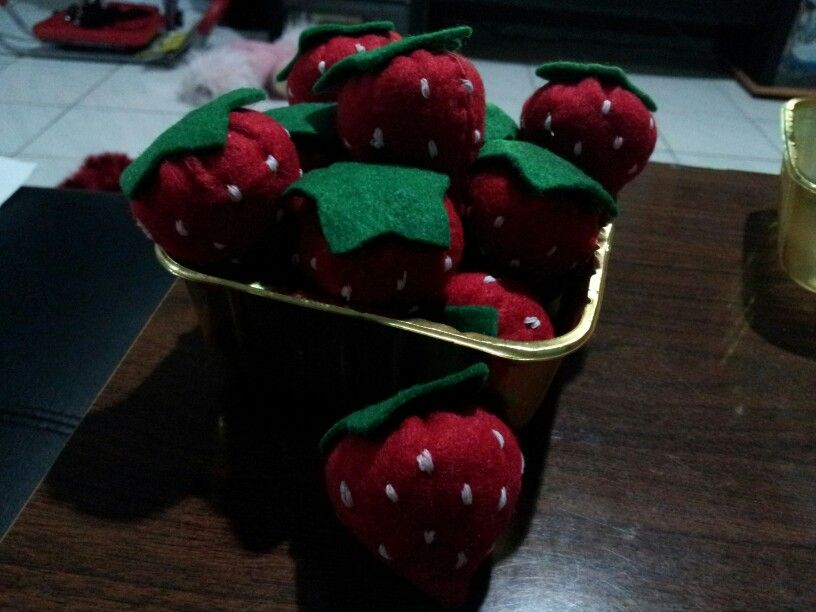 Felt strawberries, perfect for pretend food. #felt #diy #strawberries #pretend #play