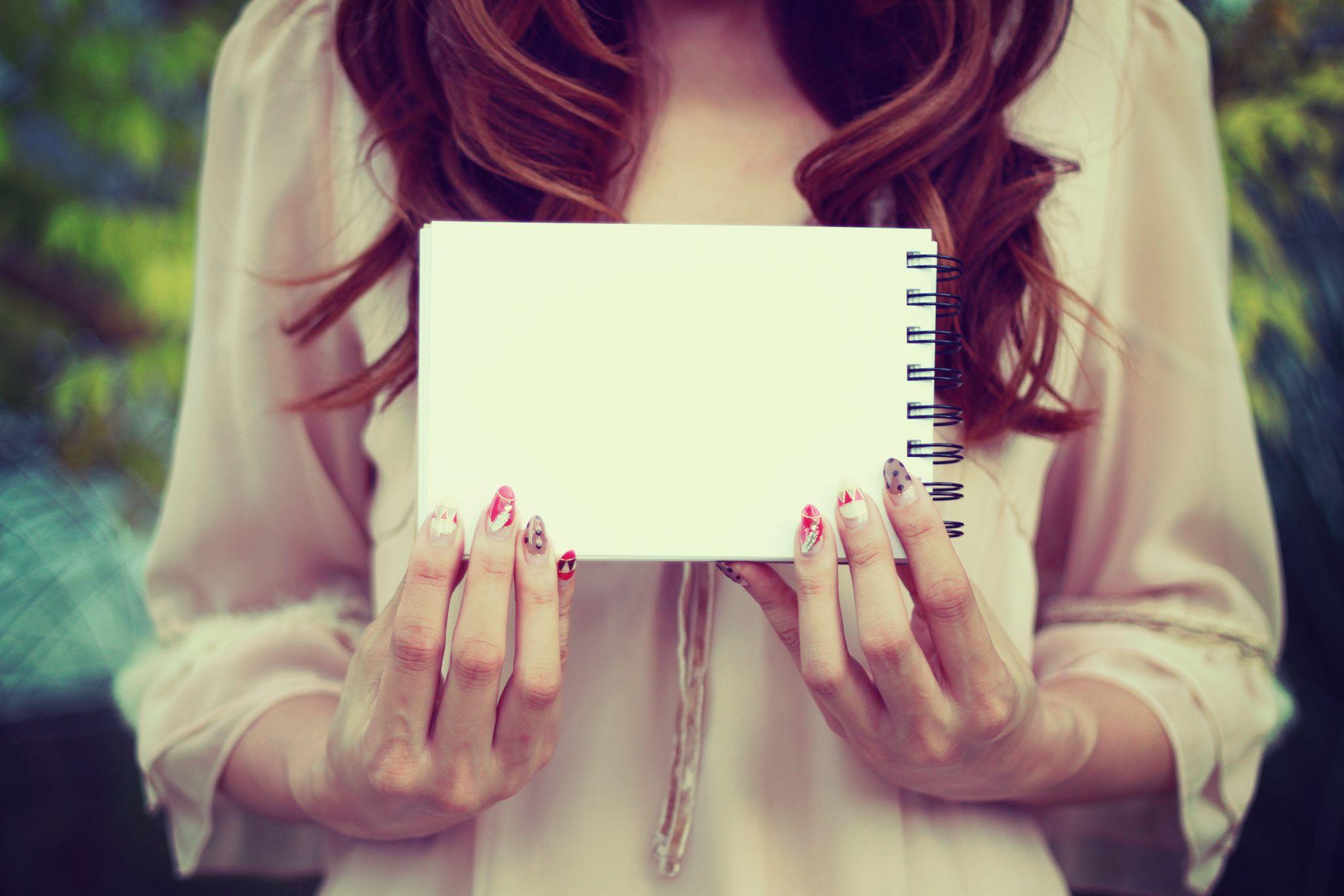 白紙のスケッチブックを持った女の子