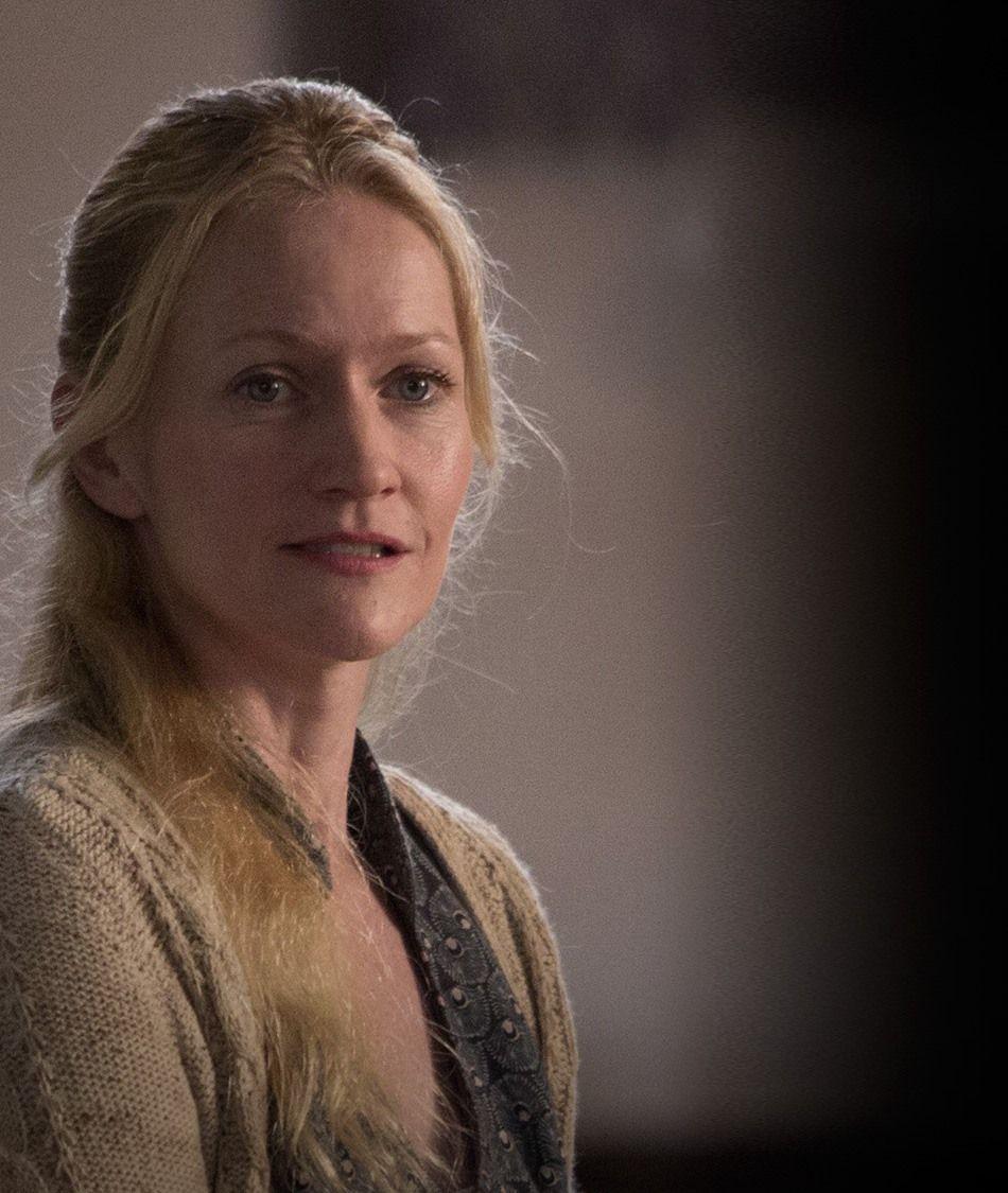 Dit is Mvr.Everdeen, de mama van Prim en Katniss. Toen haar echtgenoot gestorven was had ze het er heel moeilijk mee, ze kwam nauwelijks uit bed. Daardoor moest Katniss voor het eten zorgen en voor haar zusje Prim. Ze is kwaad op haar moeder dat ze dat heeft gedaan maar nu gaat het al wat beter met haar moeder en helpt ze met het huishouden.