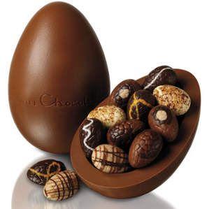 http://juvidaalternativa.blogspot.com.br/2012/03/coelhinho-da-pascoa-que-trazes-para-mim.html =O menos calórico: Chocolate meio amargo. Maior quantidade de proteína: chocolate branco. Menor quantidade de proteína: chocolate meio amargo.
