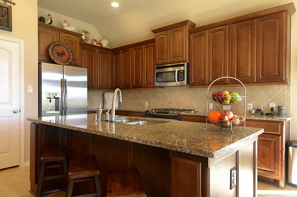Countertop and backsplash that goes with medium wood for Kitchen ideas for medium kitchens