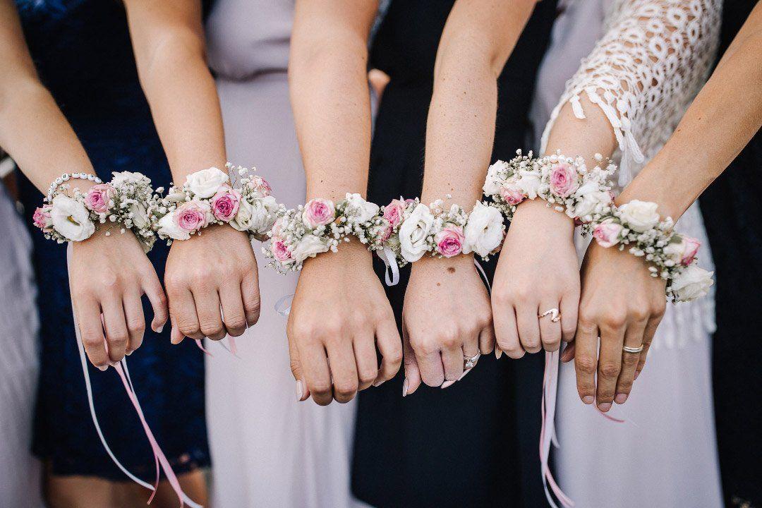 Pulseras de flores en la boda para la novia y las damas de honor. Foto: Fotografía Thomas Koenen