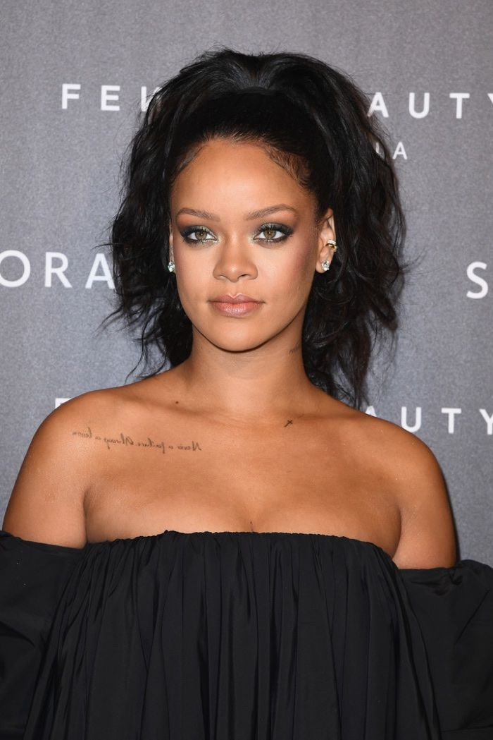 Singer Rihanna Shows Off A High Ponytail Hairstyle With Waves At Her Fenty Launch Photo Getty Rihanna Hairstyles High Ponytail Hairstyles Fenty Beauty