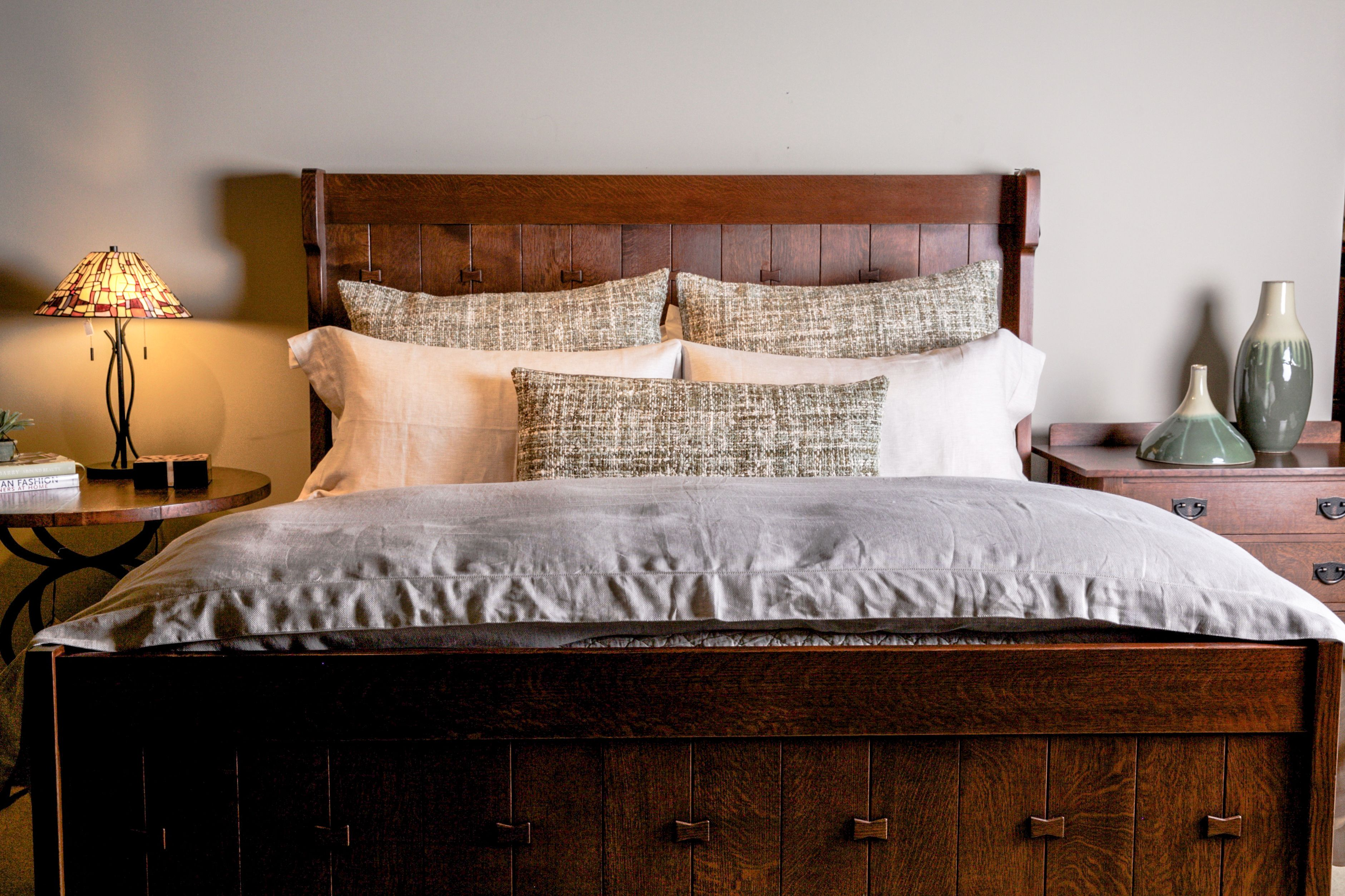stickley gus settle king bed with traditional linens sea