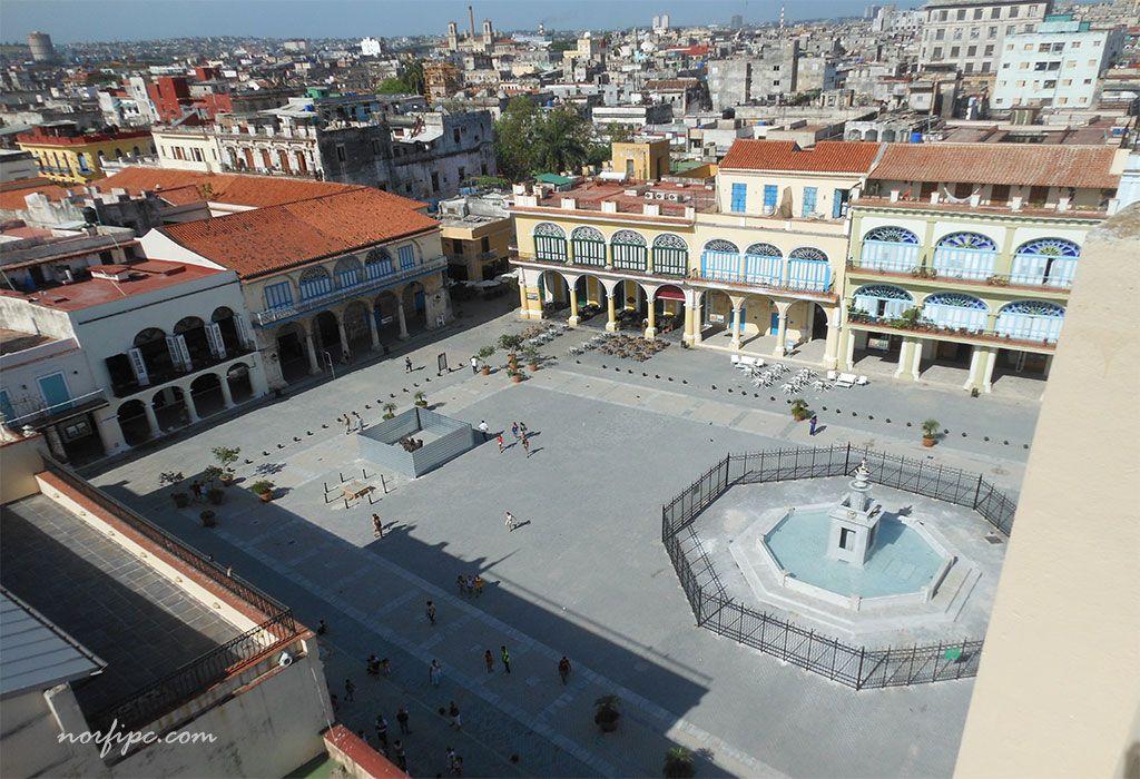 Vista de parte de la Plaza Vieja desde el mirador de La Cámara Oscura en la Habana Vieja