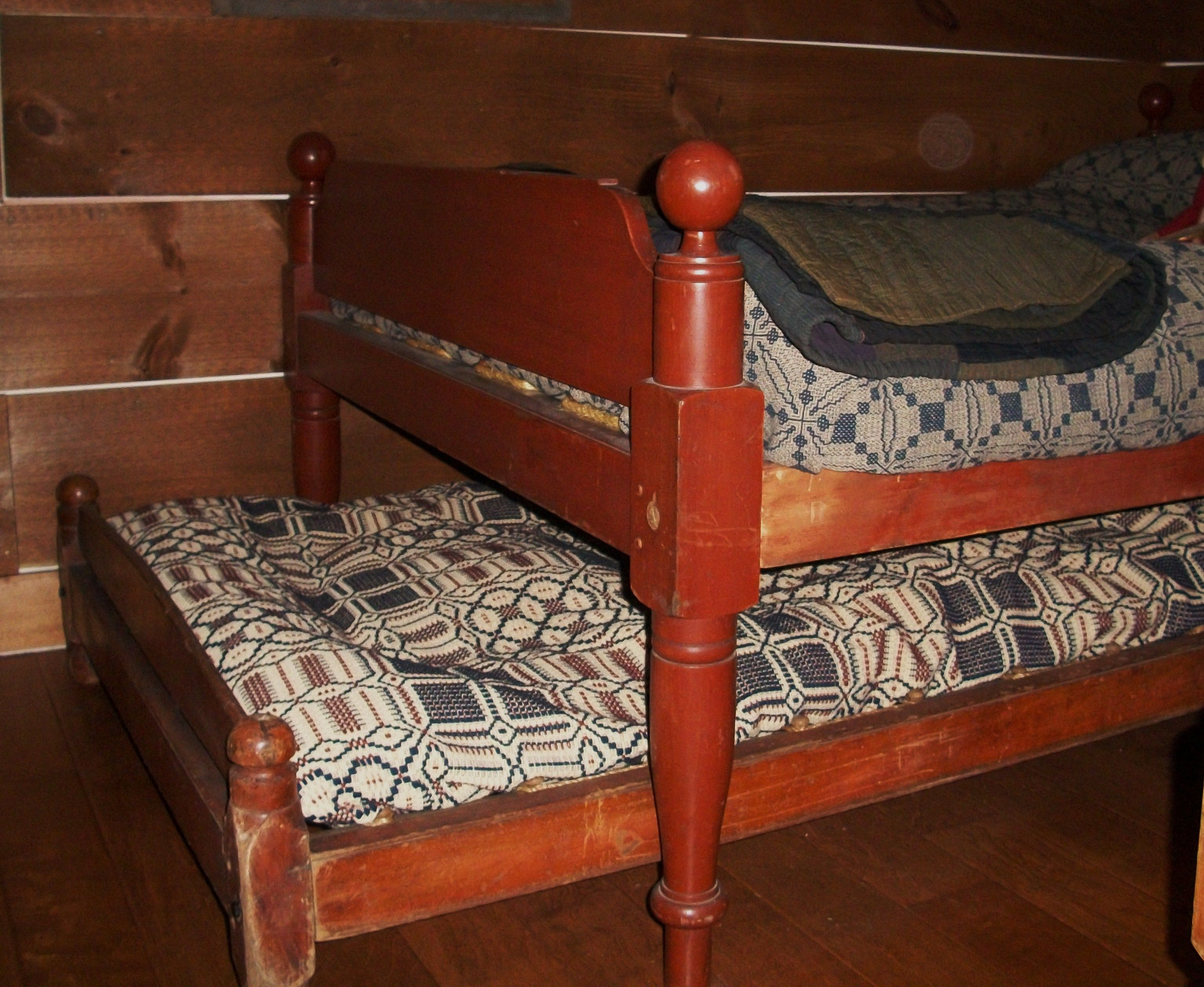 Red rope bed with a red rope trundle......my stay