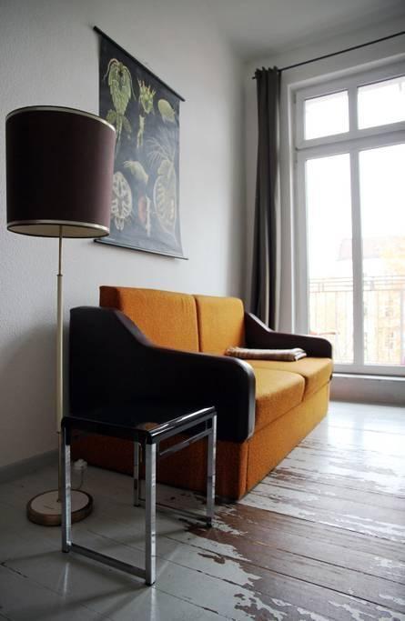 Ein Schmuckstück fürs Wohnzimmer Vintage-Sofa in Gelb mit Schwarz