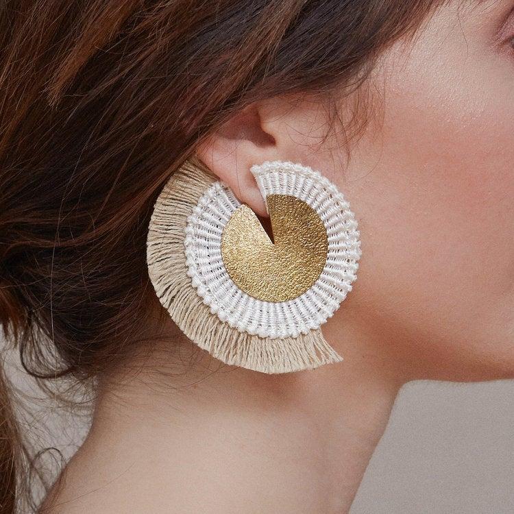 Boucles d'oreilles à franges, Savannah, en coton et fils d'or, 56,08 €sur la boutique Etsy This Ilk