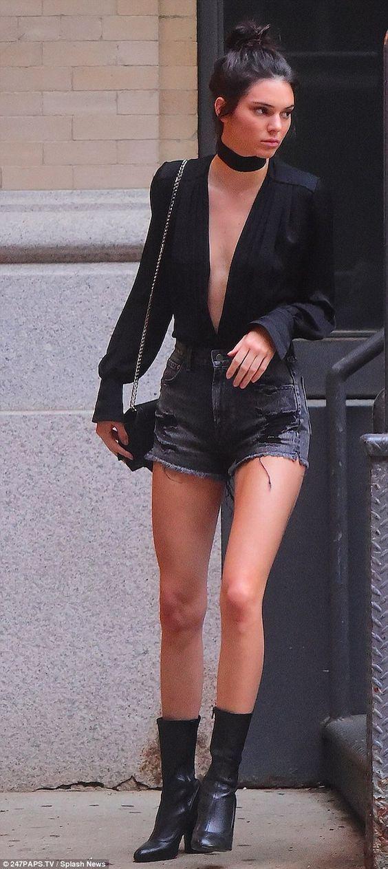 1eaaee88fd Se você é fã do estilo da top Kendall Jenner sabe que um dos acessórios que  a modelo não vive sem são as chokers.