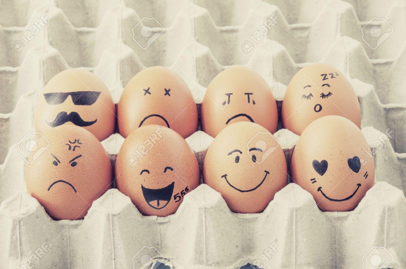 Acht braune Eier mit Gesichtern im Karton gezeichnet angeordnet #loisirscréatifs