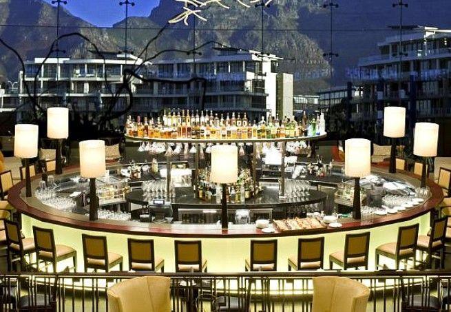 Vista Bar, na Cidade do Cabo (África do Sul): as grandes janelas que vão do teto ao chão do bar do resort One & Only proporcionam uma visão panorâmica e arrebatadora de toda a cidade e da cadeia de montanhas Table Mountain. Ótima pedida para quem quer cur
