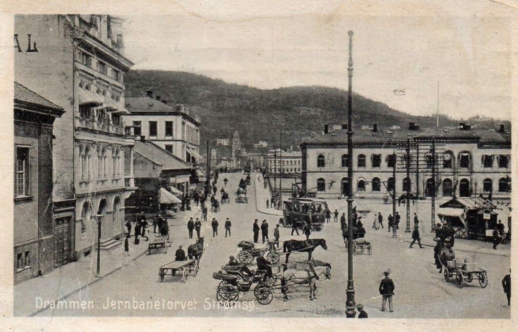 Buskerud fylke Drammen Jernbanetorvet Strømsø ned trikk, hestekjerrer og folkeliv  Utg Oppi, brukt 1919.
