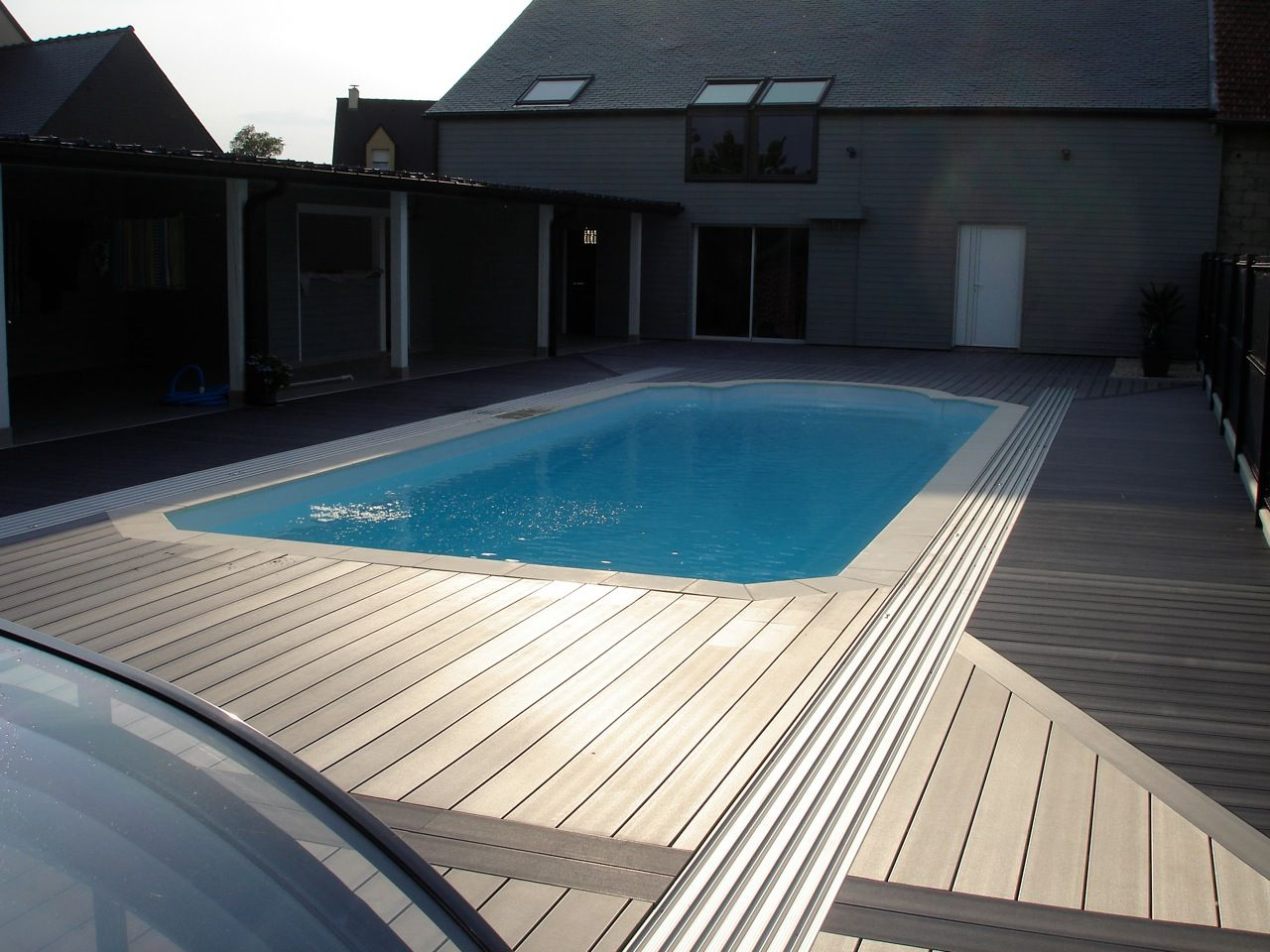 abri coulissant sur piscine avec terrasse bois composite rails int gr s piscine sous abri bas. Black Bedroom Furniture Sets. Home Design Ideas