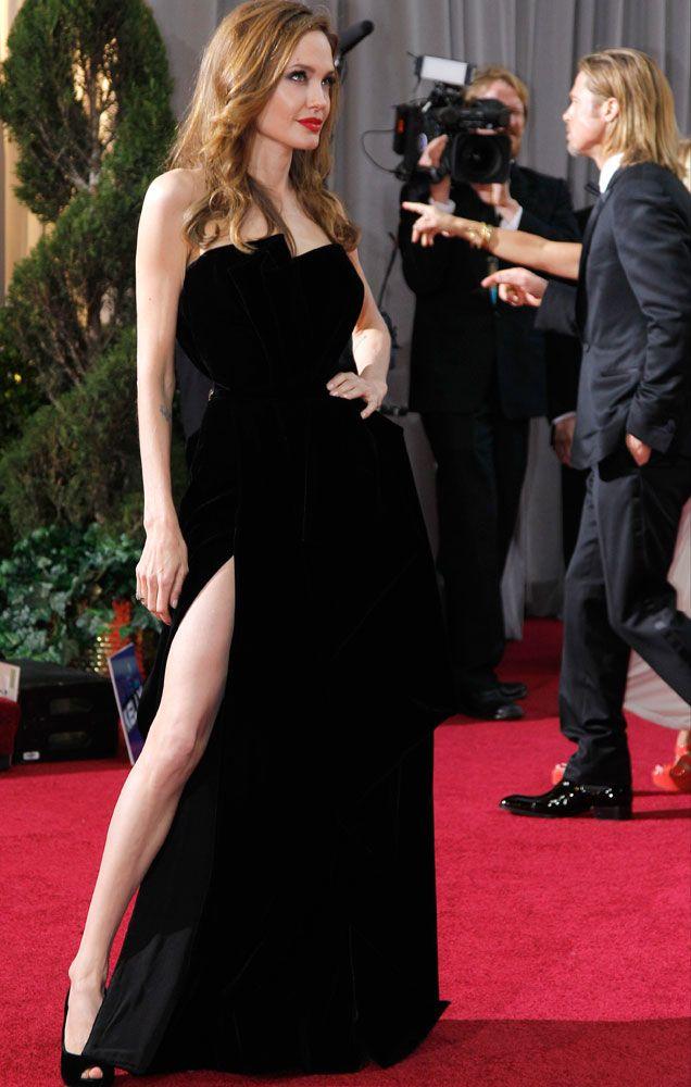 Angelina Jolie. La pierna de Angelina Jolie, que tiene hasta su propia cuenta de Twitter, fue sin duda lo más comentado de la edición de los Oscar 2012. La actriz no dejó indiferente a nadie con un vestido negro de Versace con una gran abertura lateral.
