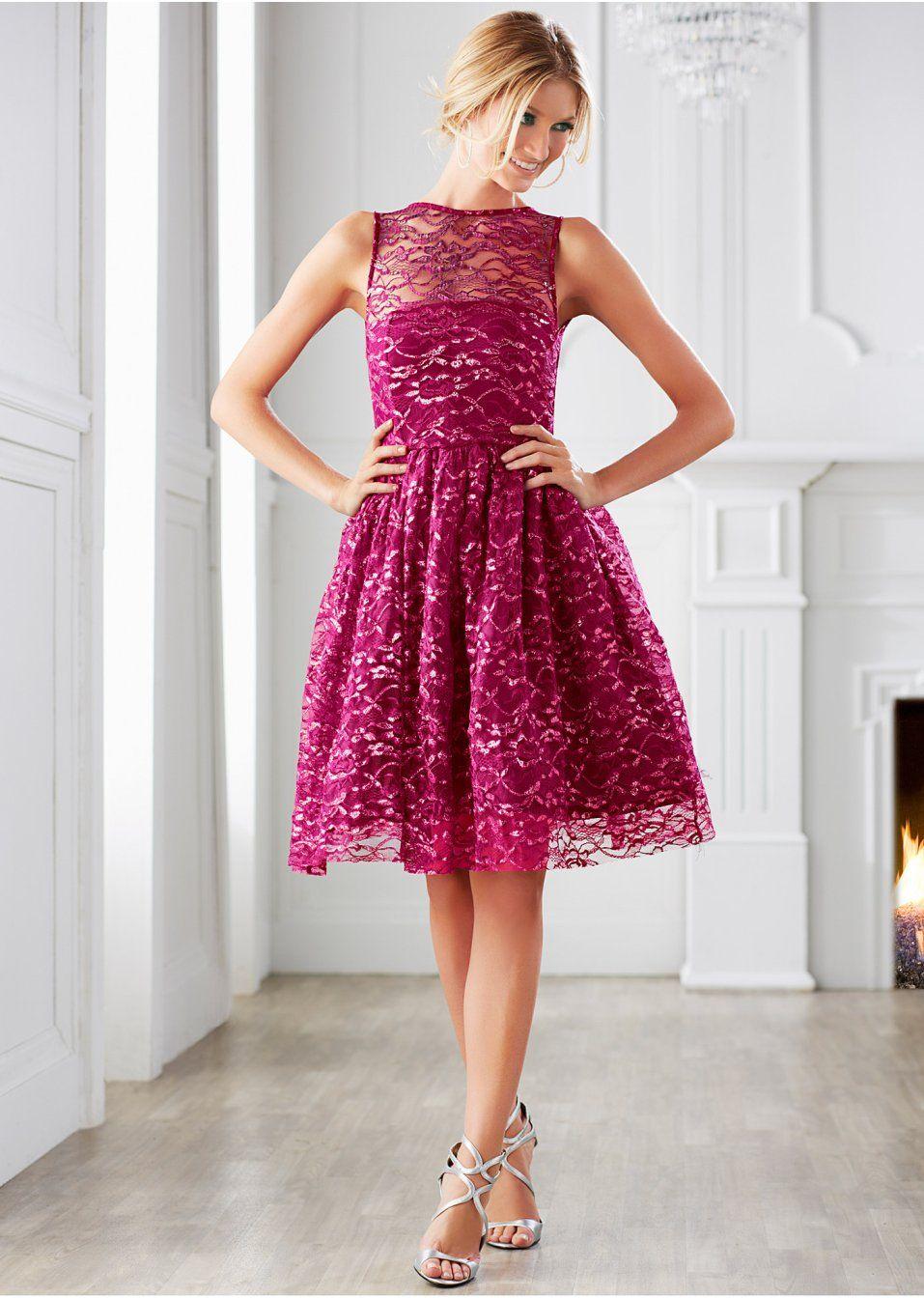 Dieses aufwendige Spitzen-Kleid erhält mit einem schön ...