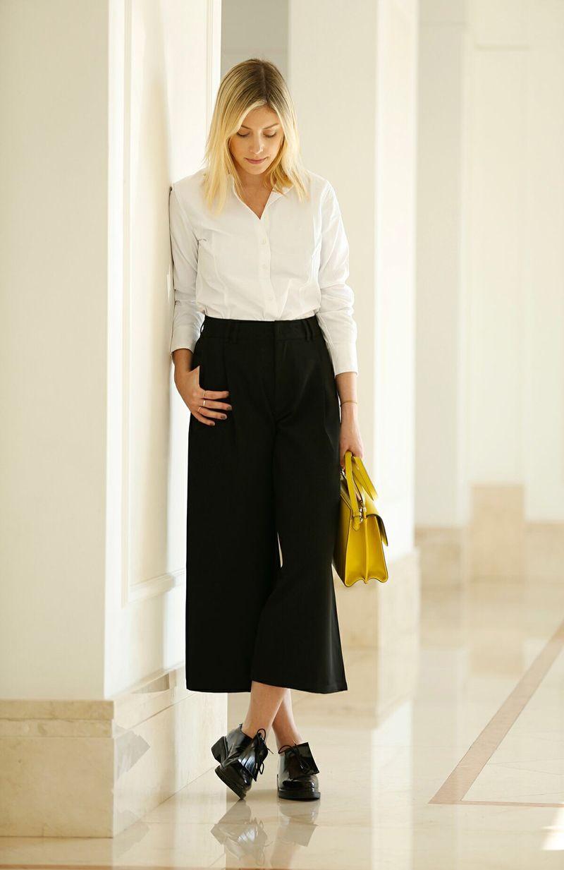 869457d6d produção moderna para o trabalho com calça de alfaiataria curta, camisa  branca e bolsa amarela