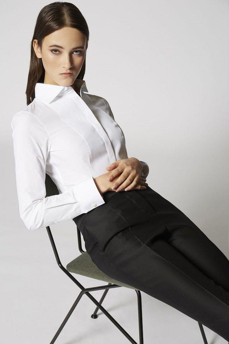 a062c31d75d4 Donna vestita in modo elegante con pantalone nero e camicia bianca ...