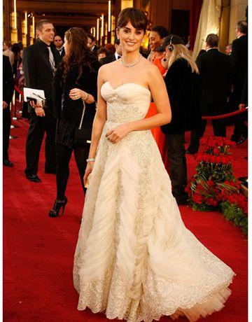 Penelope Cruz Dazzles In Vintage Balmain For Oscar Night Wedding Dress Accessories Oscar Dresses Best Oscar Dresses