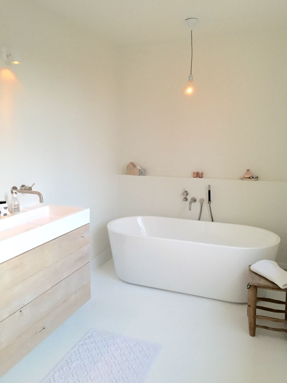 la lampe au dessus de la baignoire c 39 est une id e de claude fran ois maison et int rieur. Black Bedroom Furniture Sets. Home Design Ideas