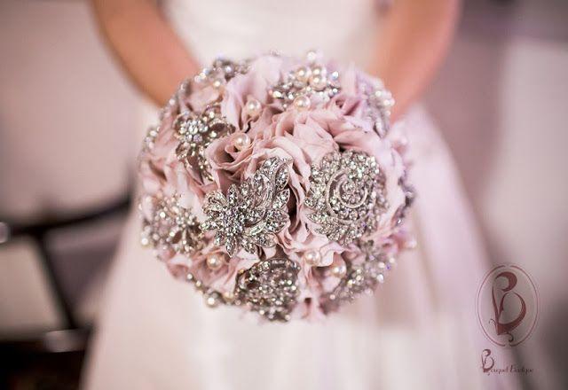 Bouquet de Broches e Flores de Tecido