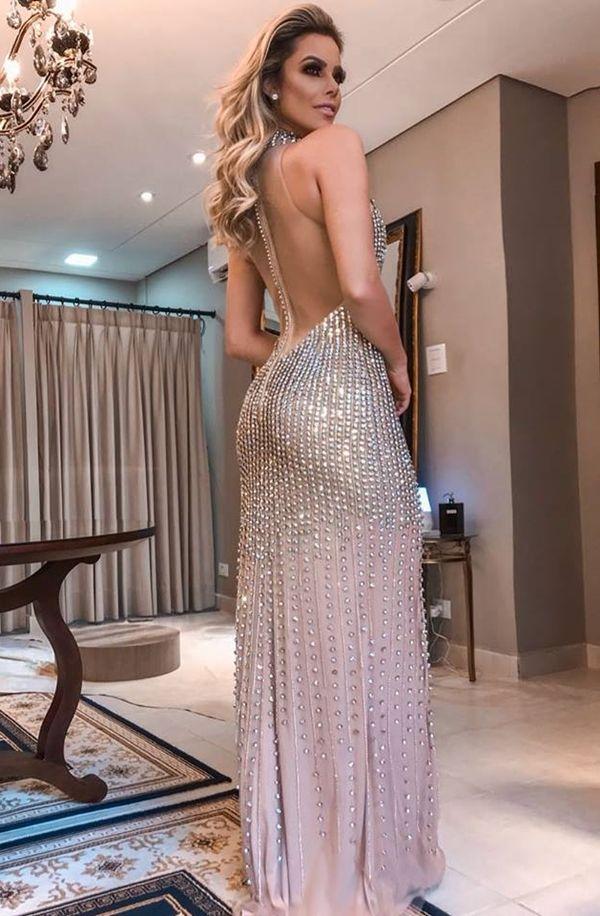 20 vestidos de festa para formatura 2019. Na foto vestido longo costa nua  bordado dourado 11d8c288370b