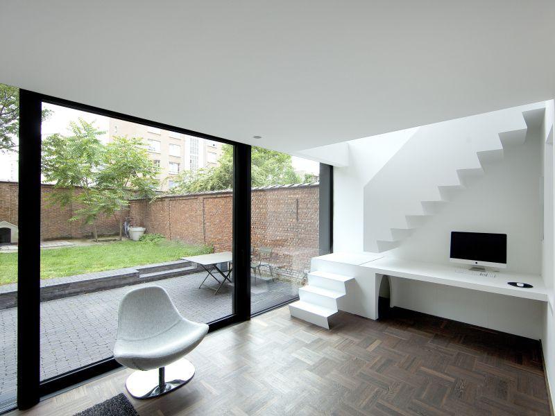 modern interieur in renovatie rijwoning antwerpen grote schuiframen parket vinyl trap