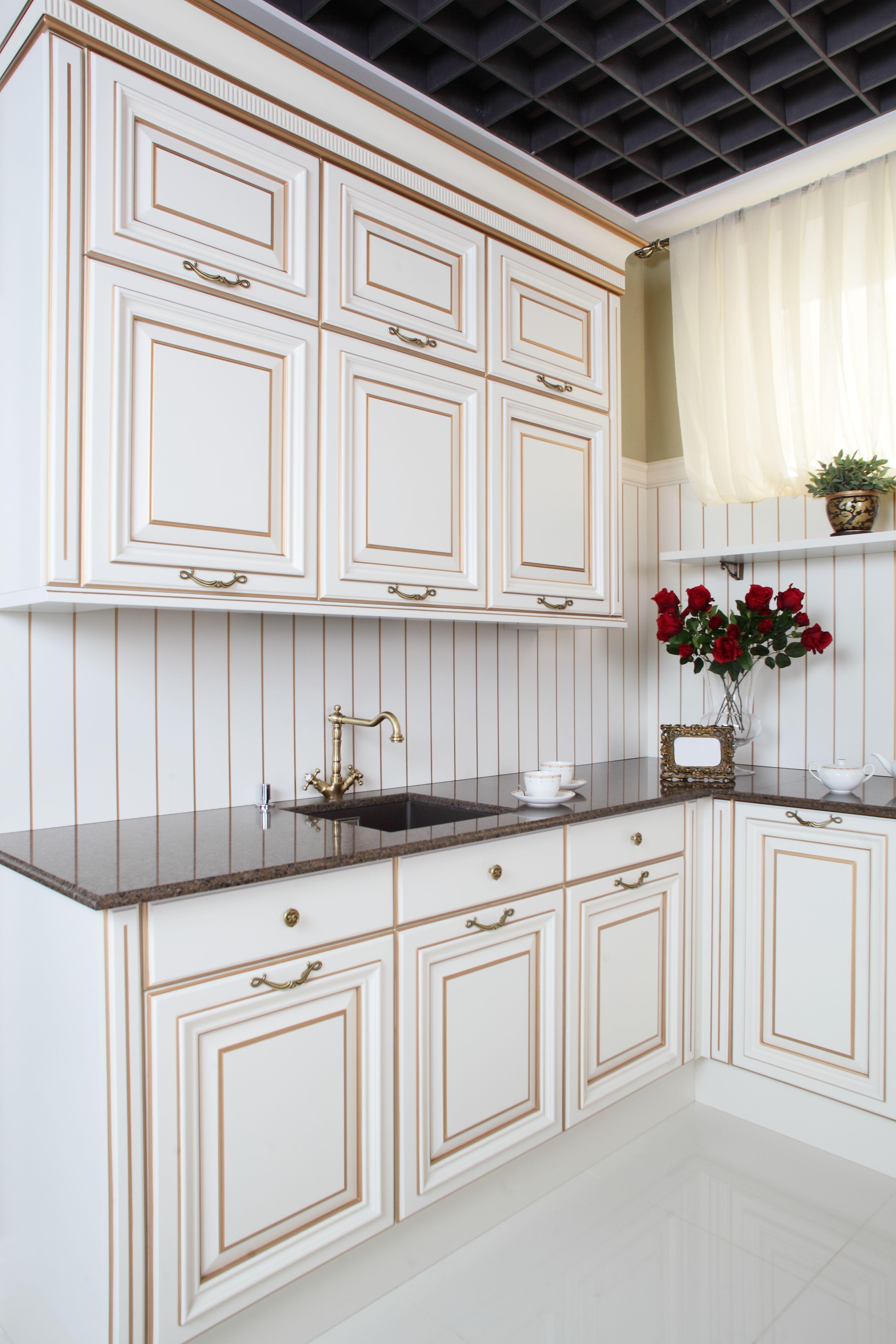 Elegancka Drewniana Biala Kuchnia Z Zaznaczonymi Kantami Na Brazowo Biel Pomieszczenia Przebija Czarny Sufit Oraz European Kitchens Kitchen Stocked Kitchen