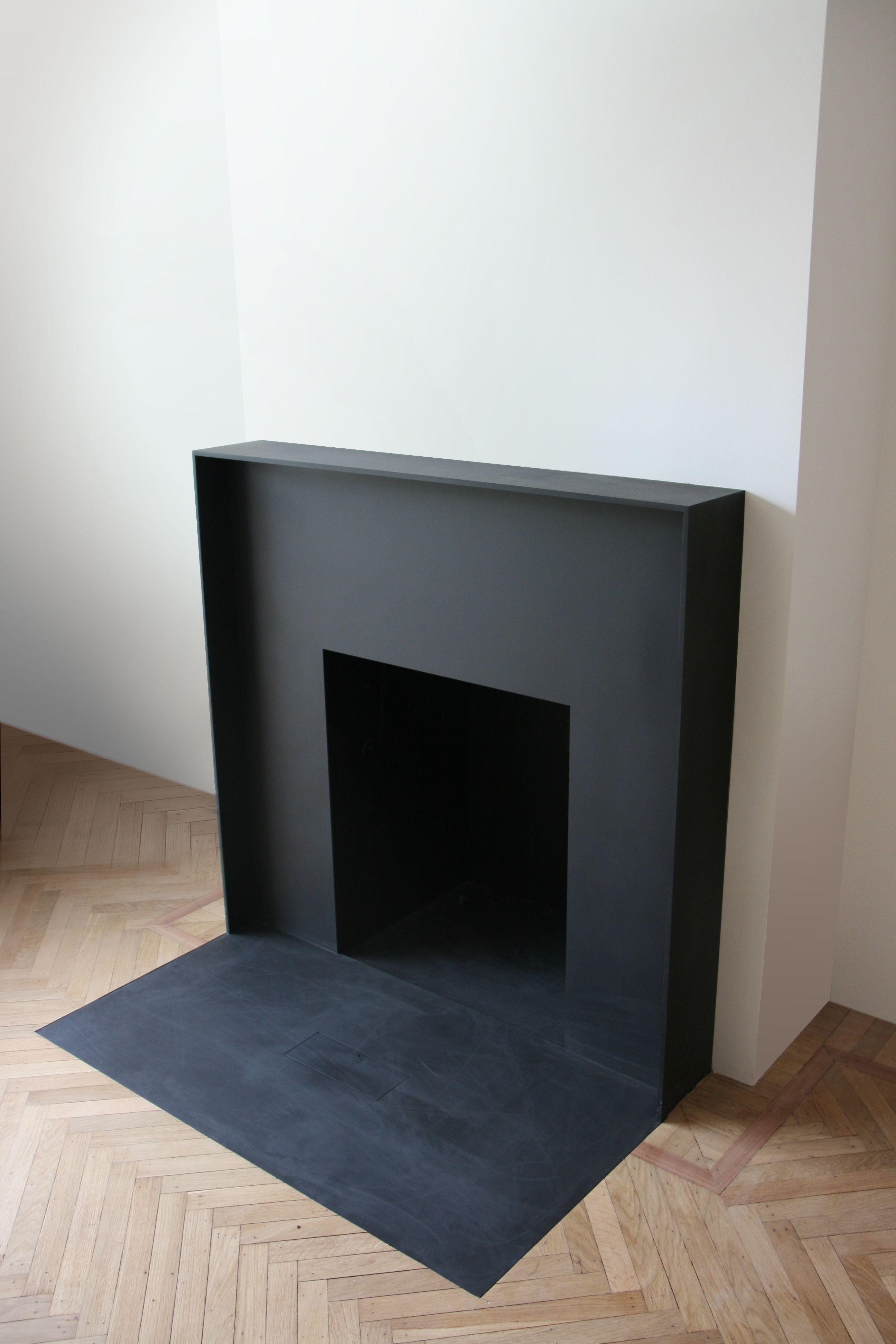 chemin e d corative minimaliste bois peinture noire d coration pinterest chemin e noire. Black Bedroom Furniture Sets. Home Design Ideas
