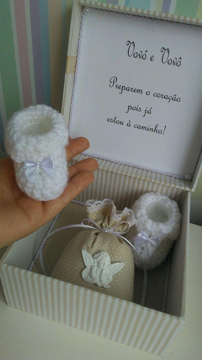 Linda caixa de mdf forrada com tecido(15x15cm),em cor neutra ,uma maneira especial de anunciar a gravidez para os avós ou qualquer outro ente querido.Dentro um sachê com cheirinho de bebê e dois mini sapatinhos de crochê Fazemos em outras cores tb.