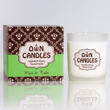Duftkerze Kiwi & Tolu Gewicht: 180 g Diese Duftkerze im Glas mit trendig-schöner Geschenkbox bezaubert mit dem fruchtigen und exotischen Duft von Kiwi & Tolu. Der stimmungsaufhellende und inspirierende Duft entführt in sagenumwobene, ferne Länder. Duft: Kiwi & Tolu: fruchtig-exotischer starker Duft Brenndauer: 45 Stunden, Maße: 10 x 10 x 10 cm Besonderheiten dieser Kerzen: ohne Tierversuche 100% Pflanzenwachs (keine Vermischung mit Paraffin oder anderen Chemikalien).