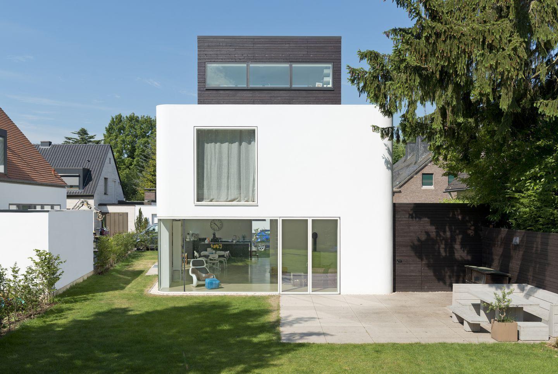Das Stadthaus M. sticht nicht nur aus seinem gutbürgerlichen Umfeld ...