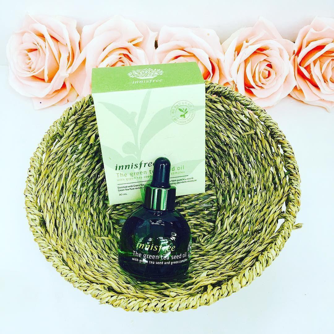 The Green Tea Seed Oil #SALE : 630k The Green Tea Seed Oil là sản phẩm tinh dầu dưỡng ẩm cấp nước chống oxy hóa cho da và điều tiết bã nhờn giúp ngăn ngừa sự hình thành của mụn đồng thời nuôi dưỡng da từ sâu bên trong cho bạn làn da khỏe khắn và căng tràn sức sống.  Với chiết xuất từ 151 hạt mầm trà xanh có nguồn gốc từ đảo Jeju đã trải qua nhiều cuộc tuyển chọn gắt gao chứa lượng vitamin E và dưỡng chất dồi dào nên sản phẩm có khả năng cân bằng giữa lượng nước và dầu trên da giữ cho bạn làn…
