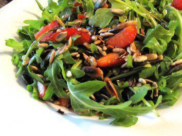 Photo of Rucola-Erdbeer-Salat mit Balsamicodressing – Rezept