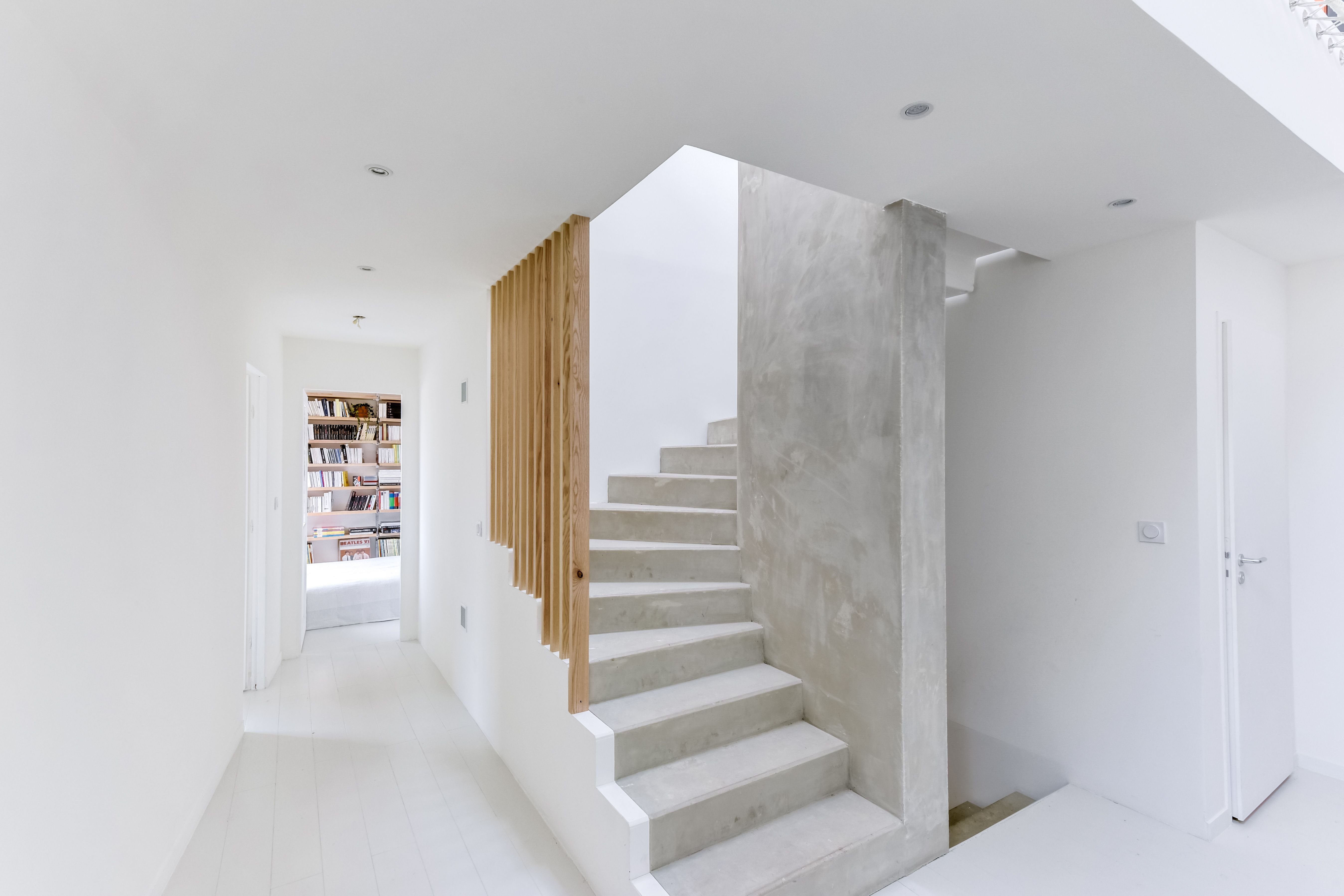Escalier en béton brut et tasseaux de bois en chêne   Beton ciré en ...