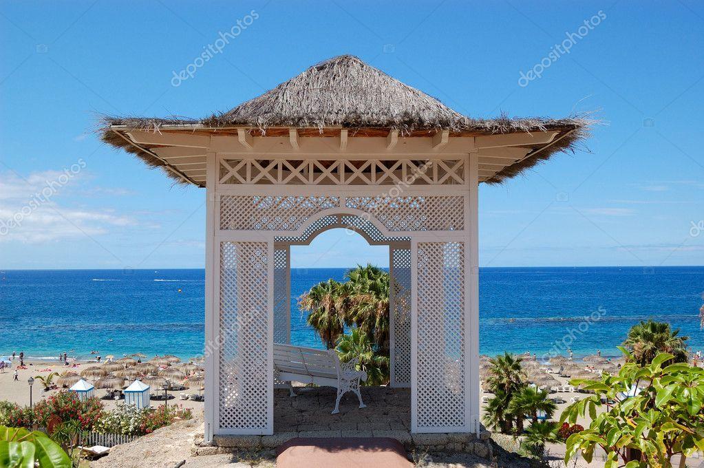 Télécharger Cabane vue mer avec banc sur la plage à l
