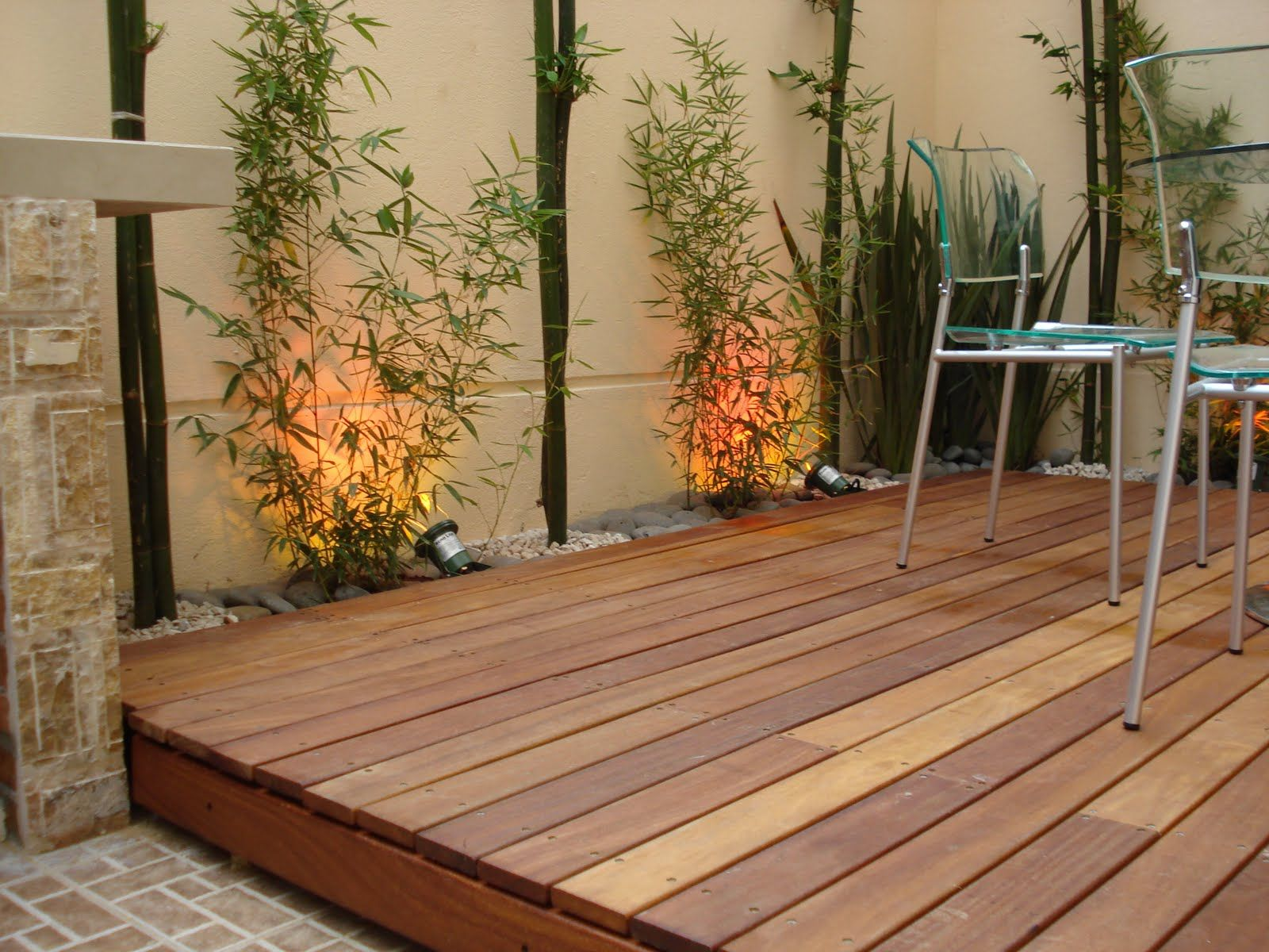 Terraza con deck decorado en madera y sillas de acero - Jardines decorados con madera ...