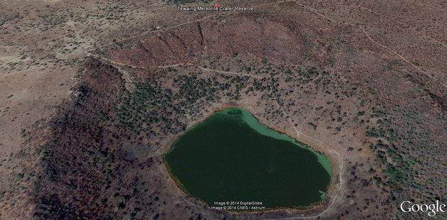Google Earth Image of crater - Tswaing es un cráter de impacto en África del Sur, de 1,13 km de diámetro y 100 m de profundidad. Y la edad se estima en 220.000 ± 52.000 años