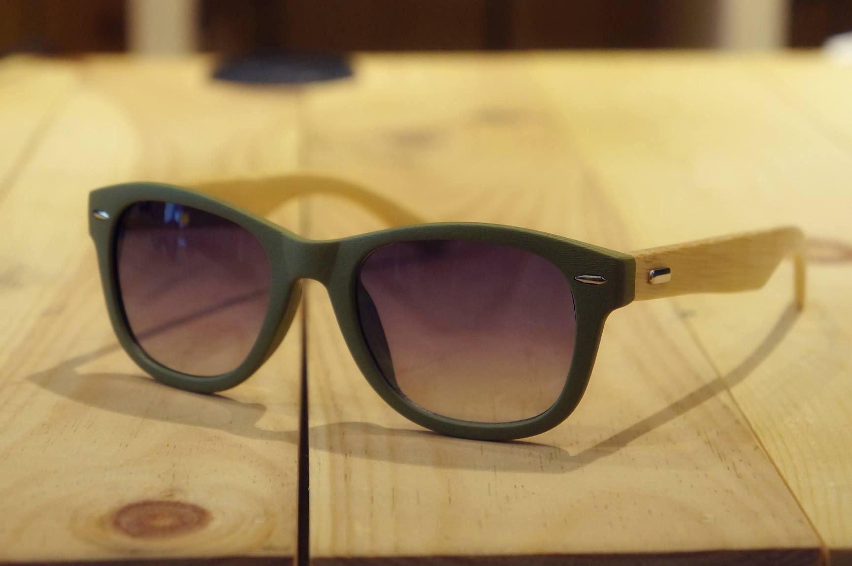 Groene zonnebril Deze elegante zonnebril is gemaakt met gerecycleerde materialen en bamboe  Een goede bescherming voor je ogen tegen het felle zonlicht met UV400 Protection  geleverd met handig opbergzakje en clean doekje   Beschikbaar in  Zwart  Bruin   Grijs   Leopard motief  Leuke zonnebril voor hem en haar