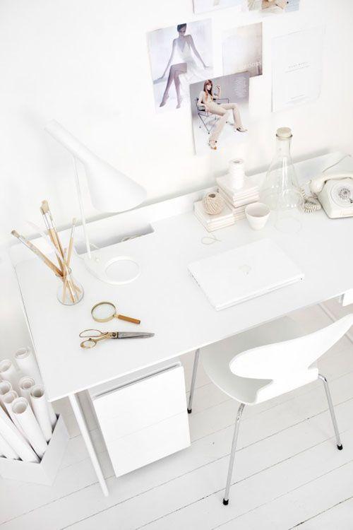 Una oficina todo blanco.
