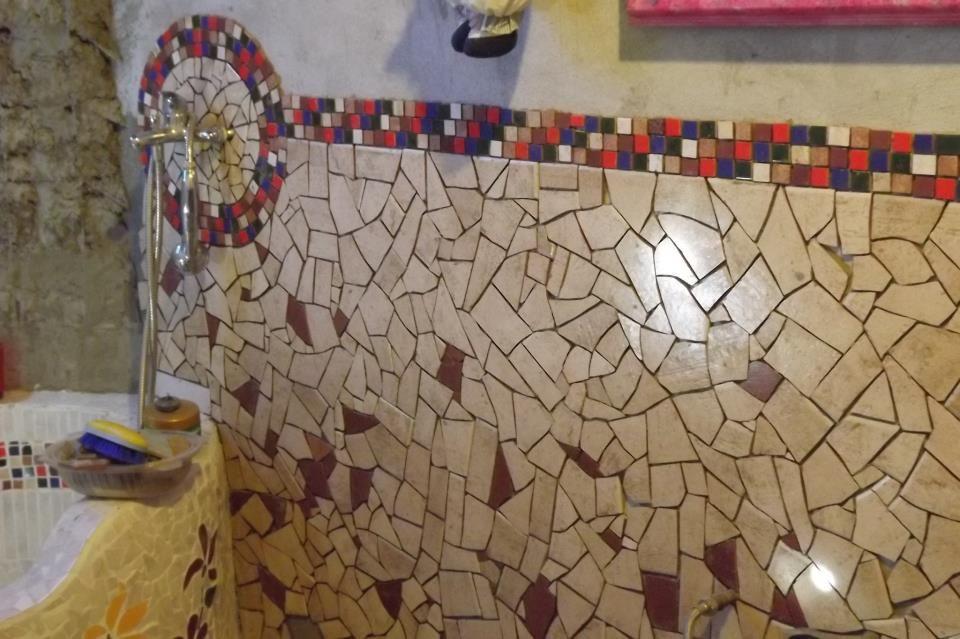 Otra sección de mi baño, en avance....... Me he conseguido sobrantes de construcciones, por éso es que hay tanto color, aunque no el colorido que yo quisiera!!! Me faltan fotos de la bañera que está lista! (en obra)