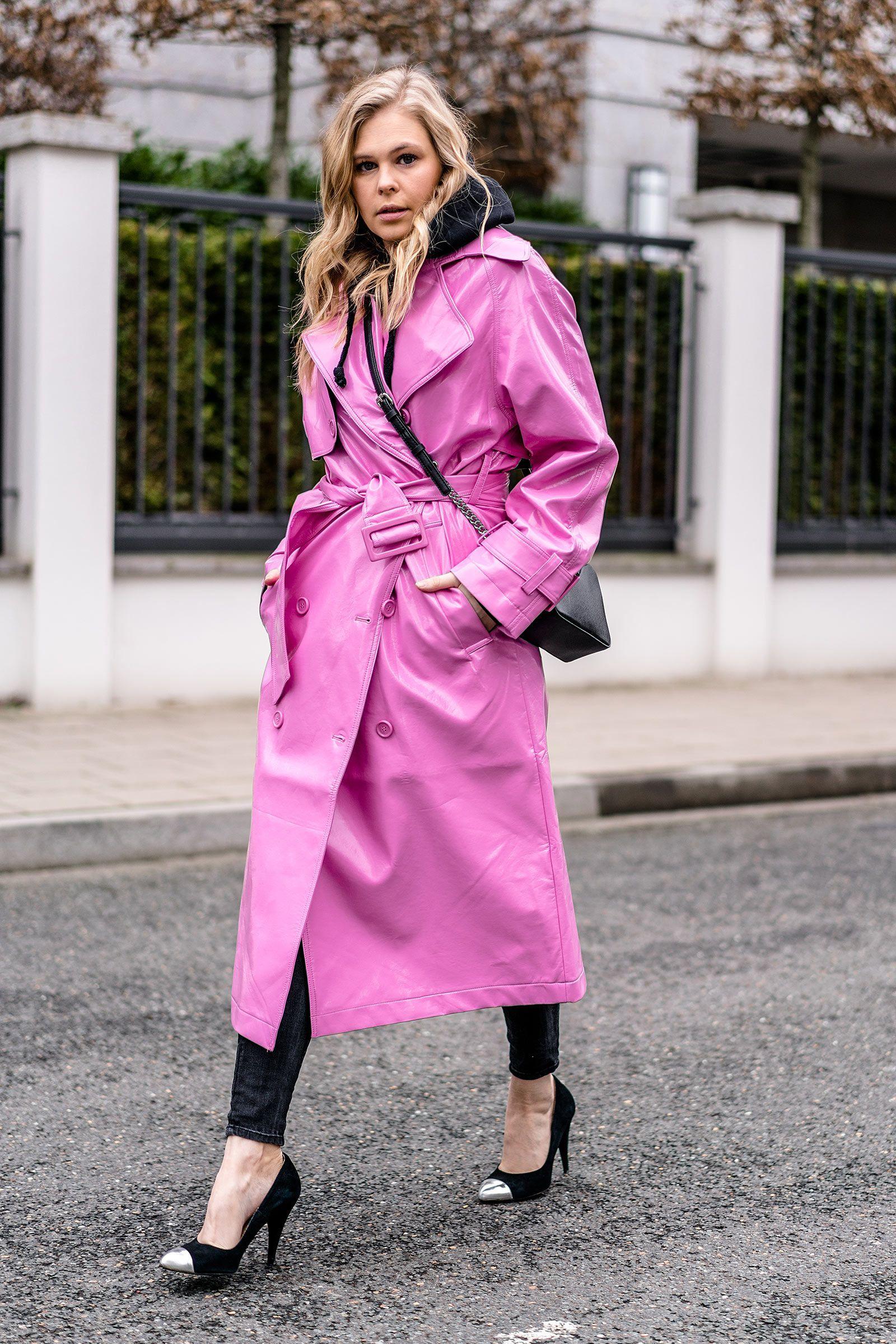 6001c3bc736f72 em Outfit  em   Vinyl  b Trenchcoat  b  in Pink mit schwarzen Basics ...