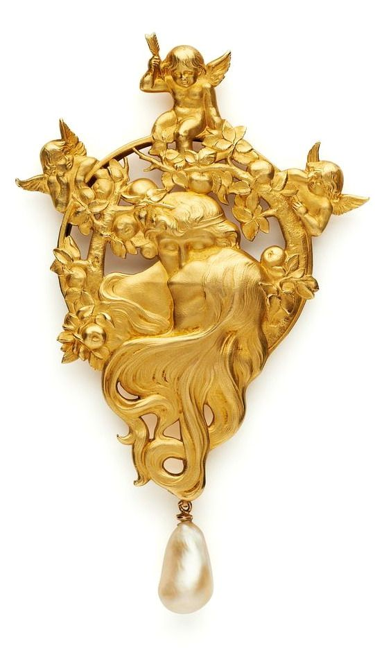 'The Kiss' A gold brooch by Louis Aucoc dated c.1900-2