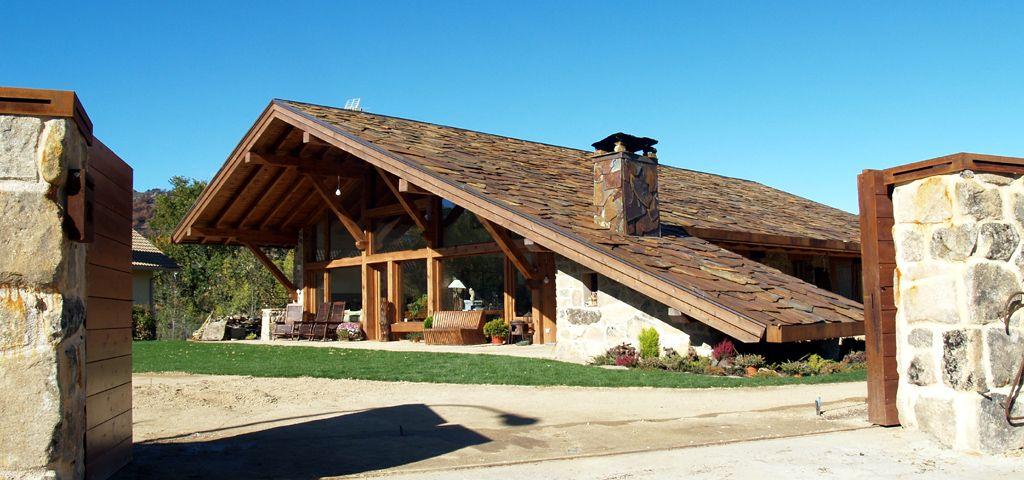 La casa del tejado hasta el suelo cubiertas de madera for Tejados de madera casas