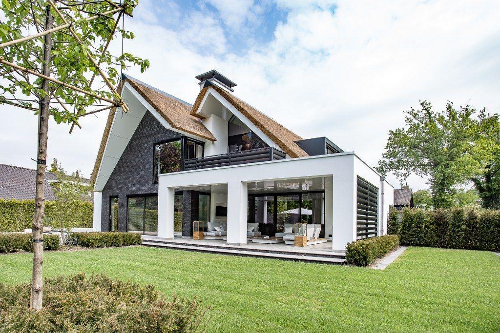Een landhuis met prominente rieten dakpunten als driehoeken maar tevens voorzien van diverse, sierlijke rechthoeken. Alles lijkt met elkaar in dialoog… Hoe je feitelijke oervormen als driehoeken/vierhoeken met hun functionaliteit maar ook met hun strakke schoonheid kunt combineren, met een heerlijk transparant en ruim woonhuis als uitkomst. Toch is ook het materiaalgebruik van groot belang, …