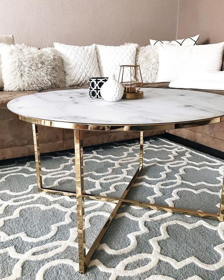 Marmor Beistelltisch im Wohnzimmer. Gold Akzente