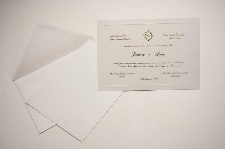 Detalhes do meu convite de Casamento um modelo clássico, elegante em Off White, com hot stamping e monograma personalizado.