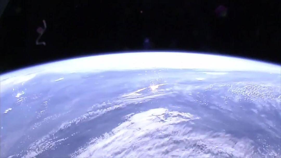 منظر يسلب الألباب هكذا يبدو غروب الشمس من محطة الفضاء الدولية تستغرق دورتها حول الأرض 90 دقيقة ما يعني أن هذا غروب Nasa Images Nasa Site Technology Today