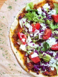 Lahmacun , auch türkische Pizza genannt, ist ein dünnes Fladenbrot aus Hefeteig, der vor dem Backen dünn mit einer würzigen Hackfleischpaste bestrichen wird.  Ich hab Euch schon mal ein Lahmacun Reze